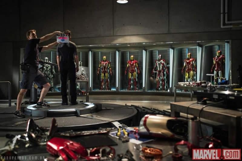 Homem de Ferro e sua coleção de armaduras