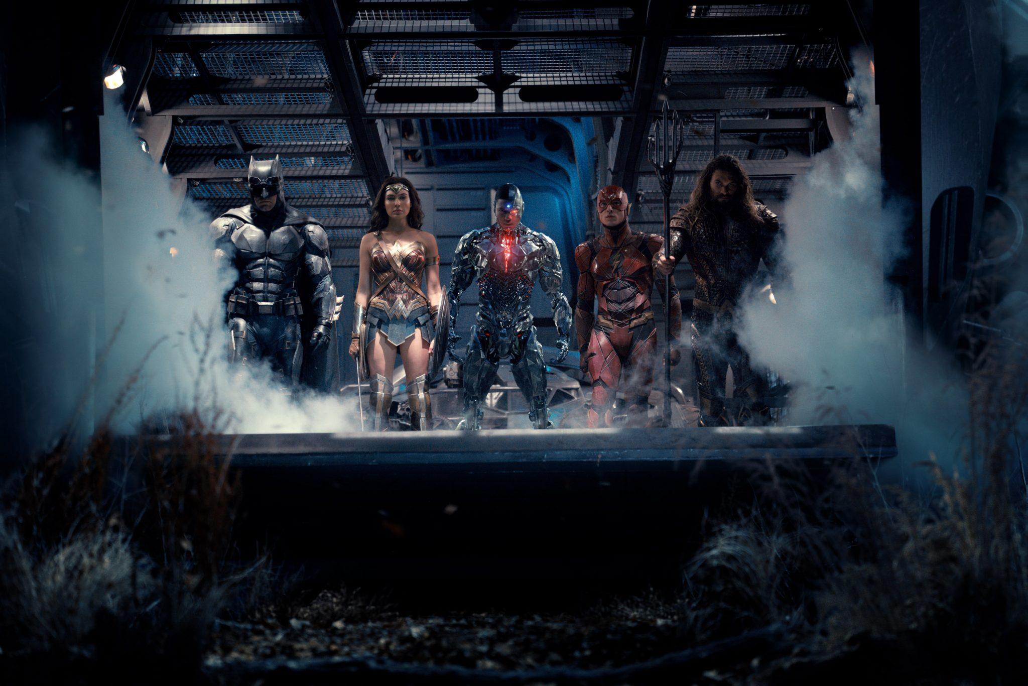 A Liga da Justiça em pé, olhando para você e a pélvis do Ciborgue